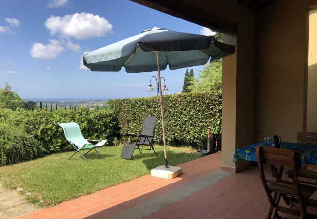 a Casale Marittimo - Bilocale vista mare, giardino e ingresso privato