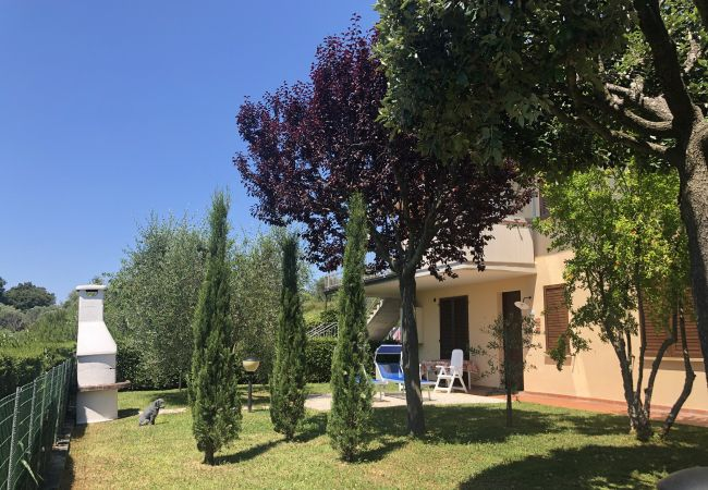 in Guardistallo - Bilocale Luciana giardino privato e recintato